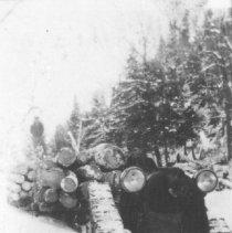 Image of 1976.39.25 - Joe Lacombe loading logs for John McRae.