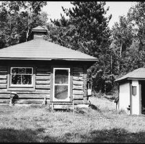 Image of 5398 - Winter cabin and generator house, Brent.