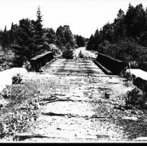 Image of 5607 - Railway bridge over the Source Lake road.