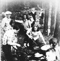 Image of 5899 - Minnesing guests at a cookout