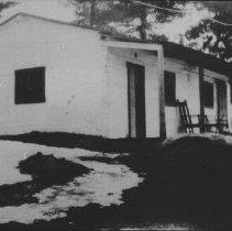 Image of 6279 - Whitewashed ranger cabin, Kiosk