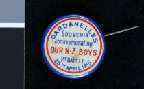 "Image of Pin - Stickpin, ""DARDANELLES SOUVENIR, commemorating OUR NZ BOYS 1st BATTLE 25th APRIL 1915""  Blue at outer rim with red ring just in from edge."