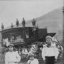 Image of Photo0082.jpg - The three Hess children in front of a horse drawn hearse.