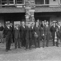 Image of Photo0046.jpg - Group in front of Massanutten Caverns Lodge