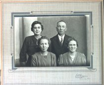 Image of Dahlin family photo (Edith in back row), undated