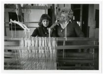 Image of Maud Water's weaving class, 1980