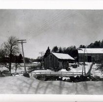 Image of 1999.03.16 - Old barn and shed, with house at left