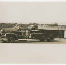 Image of Ladder fire engine, St. Matthews (Ky.) Volunteer Fire Department - Seagrave Corporation Collection