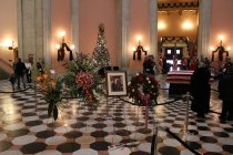 Image of Wreath with ribbon in the Rotunda: Photo by Mike Rupert