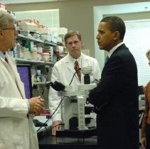 Image of President Obama visits the Clinical Center laboratories