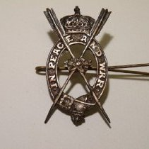 """Image of 2008.01.24 - Pin, decorated with garter, coronet and crossed arrows, engraved: """"in peace and war"""", unidentified metal"""