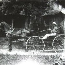 Image of 1577 - Horse and buggy with driver
