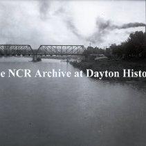 Image of NCR.1998.0549.015 - Glass Negative - Railroad bridge opposite 5th St bridge - Dayton, OH