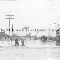 Image of NCR.1998.CD21.22 - Glass negative - Flood -People being rescued, Dayton, OH 1913