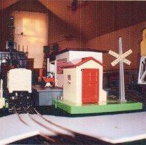 Image of Lionel O Gauge Layout - Lionel O gauge #2462 operating milk car, #45N gateman, #395 flood light tower, #12834 PRR gantry crane.