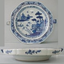Image of PLATE, (HOT WATER) - CHINESE EXPORT PORCELAIN HOT WATER PLATE.  UNDERGLAZE BLUE & �WHITE.  SCENE: CHINOISERIE RIVERSCAPE WITH FITZHUGH BORDER. �EXTERIOR WITH SIX FLORAL MOTIFS.