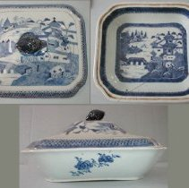 Image of DISH, (VEGETABLE) & COVER - CHINESE EXPORT PORCELAIN BLUE & WHITE RECTANGULAR COVERED �VEGETABLE DISH. LOTUS BUD FINIAL.  FITZHUGH TYPE BORDER WITH �HONEYCOMB & BUTTERFLY ON LID RIM & DISH RIM.  ORIENTAL SCENE �IN CENTER WELL & ON COVER IN UNDERGLAZE BLUE & WHITE.