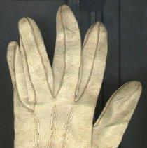 """Image of GLOVE - OFF-WHITE, WRIST LENGTH, MACHINE STITCHED KID GLOVE WITH 1 BUTTON� CLOSURE 1"""" FROM BASE."""