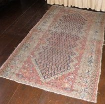 """Image of RUG, """"HAMADAN"""", SARABAND OR PAISLEY DECORATION (ORIENTAL) - RECTANGULAR, HANDMADE ORIENTAL RUG IN HAMADAN STYLE WITH CENTER SARABAND OR PAISLEY DECORATION IN DARK BLUE WITH A RED & CREAM BACKGROUND; 9"""" BORDER ON SIDES WITH FRINGE ON EITHER END. """"NICE VILLAGE RUG"""""""