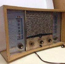 Image of 2013.046.001 - Radio
