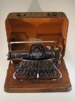 Image of 1999.001.628.1 - Typewriter, Manual