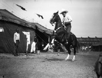 Image of CWi 310 - Tom Mix astride horse