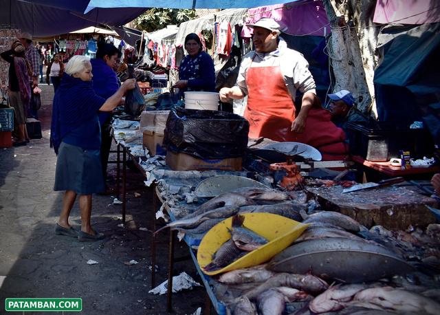 Comprando pescados plaza de patamban
