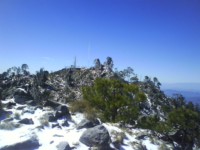 Vista de la antena en la cima del cerro patamban