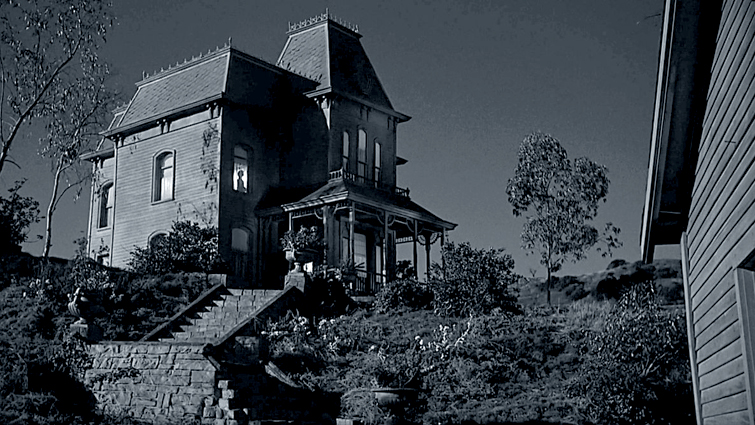 Still image of the house in Psycho from the 1660 film showing an establishing shot