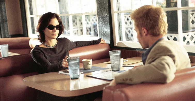 Carrie-Anne Moss and Guy Pearce in Momento