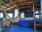 Planta baja: cama de dos plazas y dos colchones de una plaza. 2 sillones.