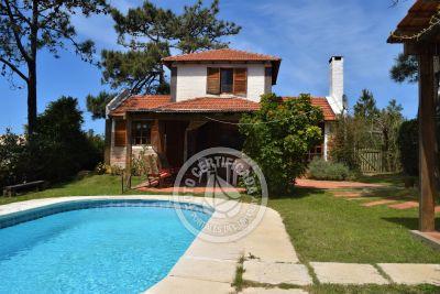 Hermoso hogar con piscina climatizada. 2d, 2b, 300m playa