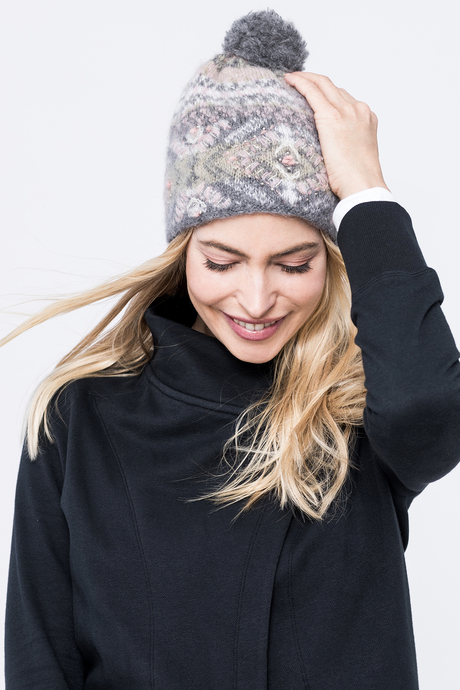 Cozy pom hat grey front