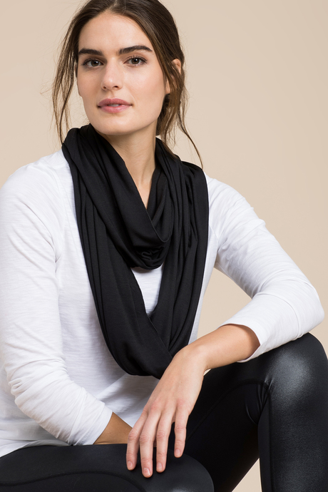 Infinity scarf black front