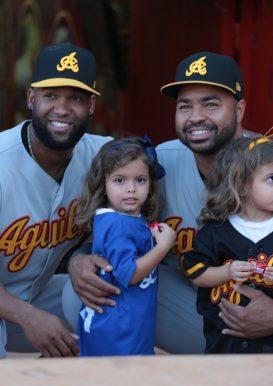 Wilin Rosario y Danny Santana junto a las pequeñas