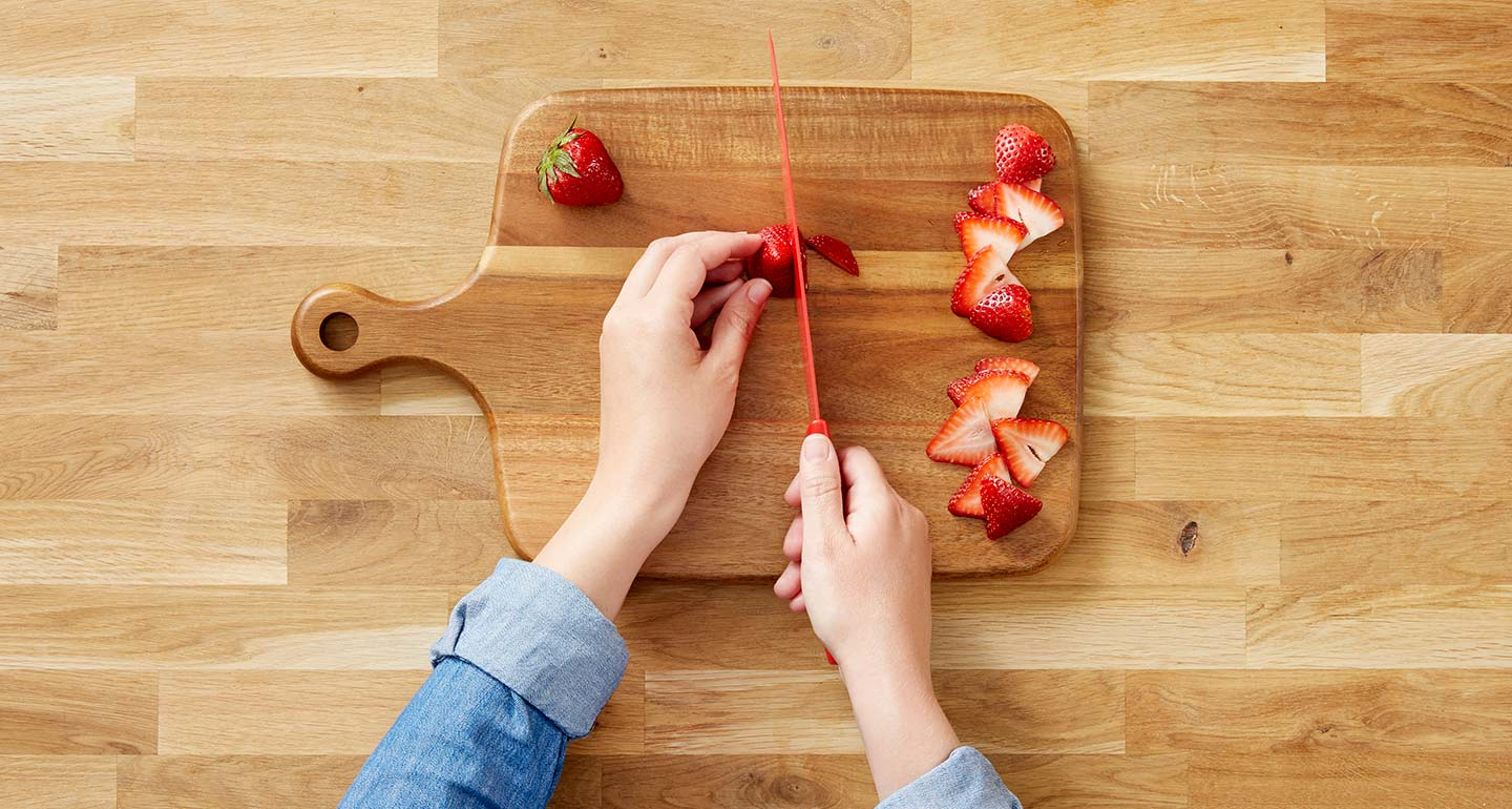 Wash the strawberries, de-stem and cut them into thin slivers.
