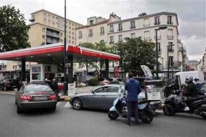 Drivers queue to buy gas in a station, in Paris, Tuesday, May 24, 2016.  A two-month protest movement against a bill weakening France's famed worker protections reached a new level this week as fuel industry workers joined in. Strikes have spread to all eight of France's refineries, and one in five gas stations are now dry or running low. (AP Photo/Thibault Camus)