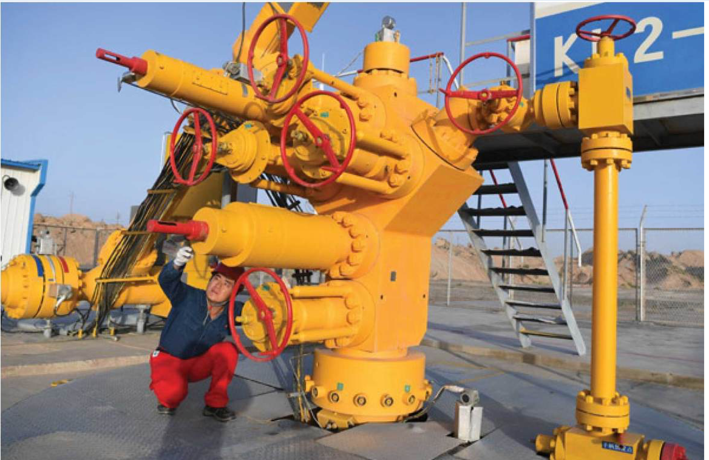 A worker checks oil transport  facilities at the Tarim Basin in Xinjiang Uygur autonomous region. [Photo/Xinhua]