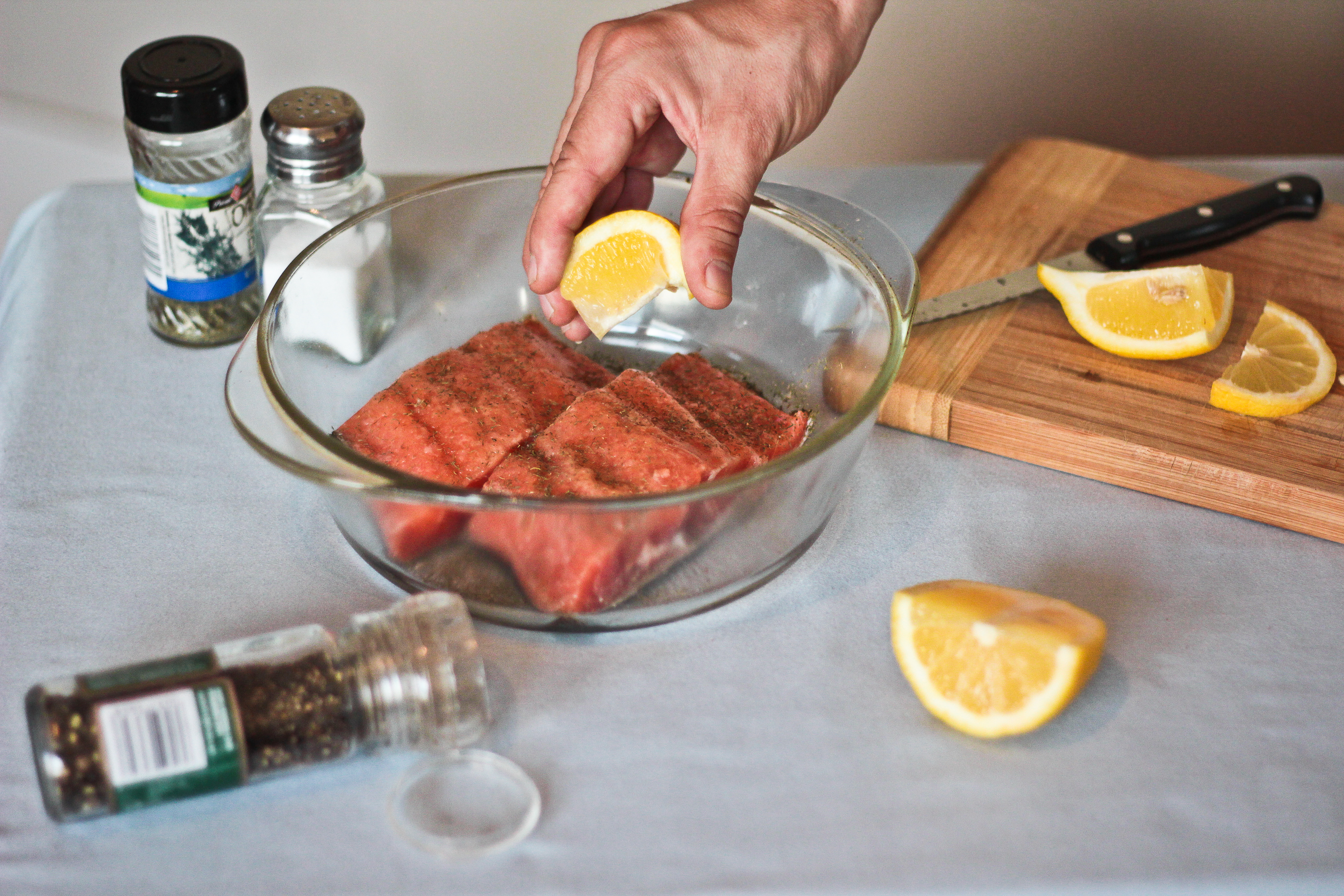 how to cook frozen salmon without thawing in the oven livestrong com. Black Bedroom Furniture Sets. Home Design Ideas