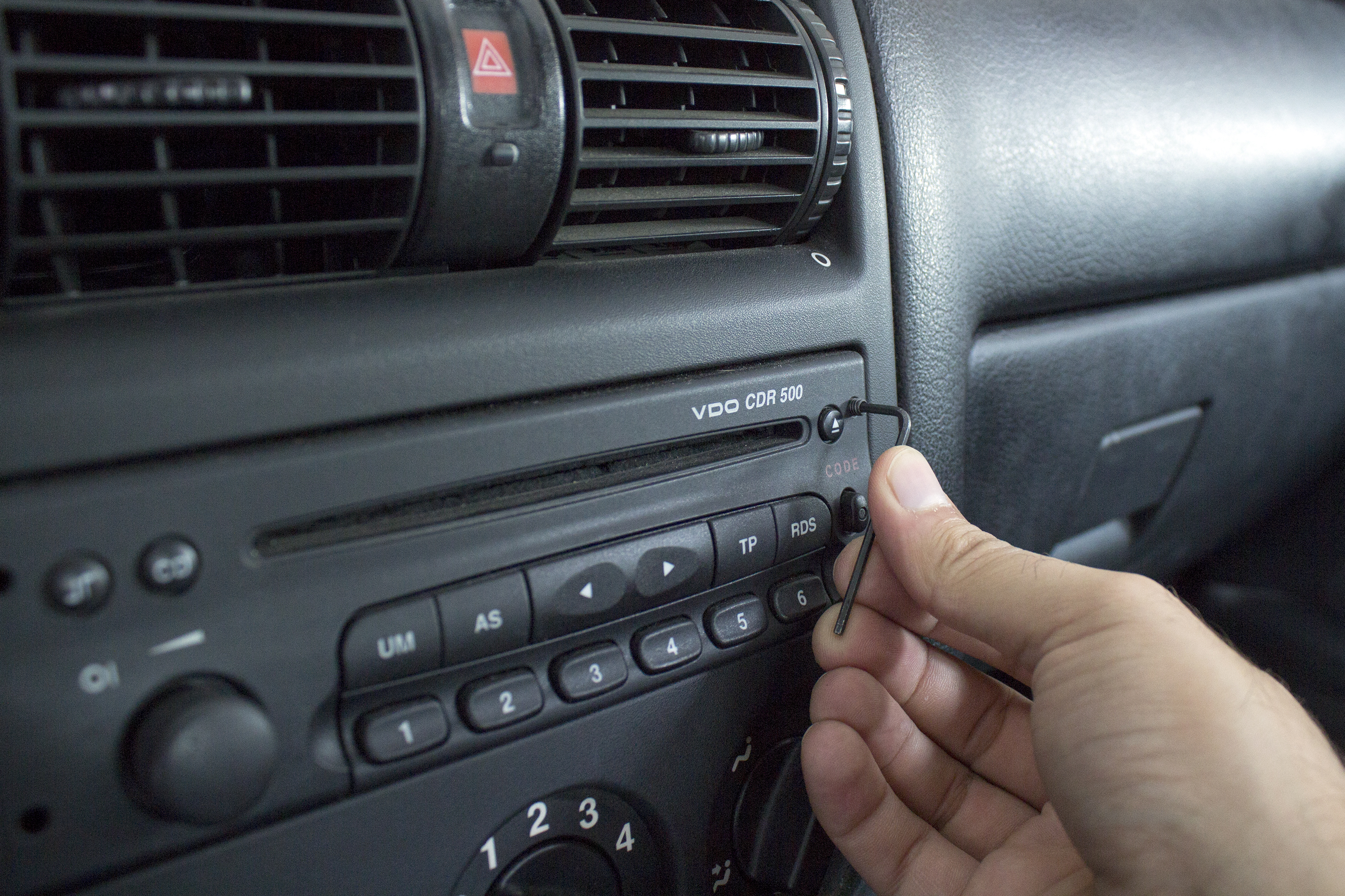 How to Troubleshoot a Car Stereo That Will Not Power | It Still Runs