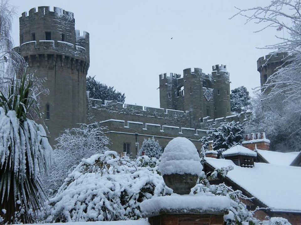 //s3.amazonaws.com/photos.geni.com/p13/e3/52/a8/87/5344483eac6385dd/xl-p-566-warwick-castle-in-the-snow_original.jpg