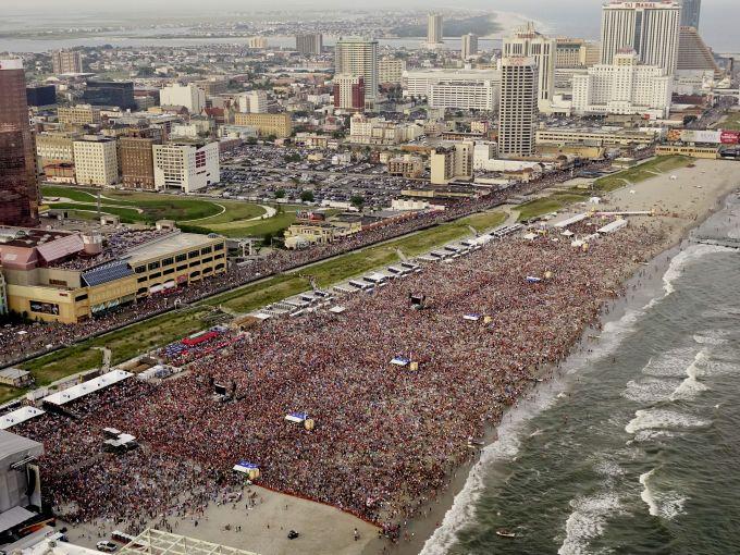 Atlantic City, Atlantic City beach, Atlantic Ocean, skyline, daytime, Boardwalk, Blake Shelton, concert, crowd, music, country music, fans