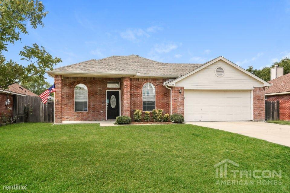 1609 Avenue F, Grand Prairie, TX - $1,649