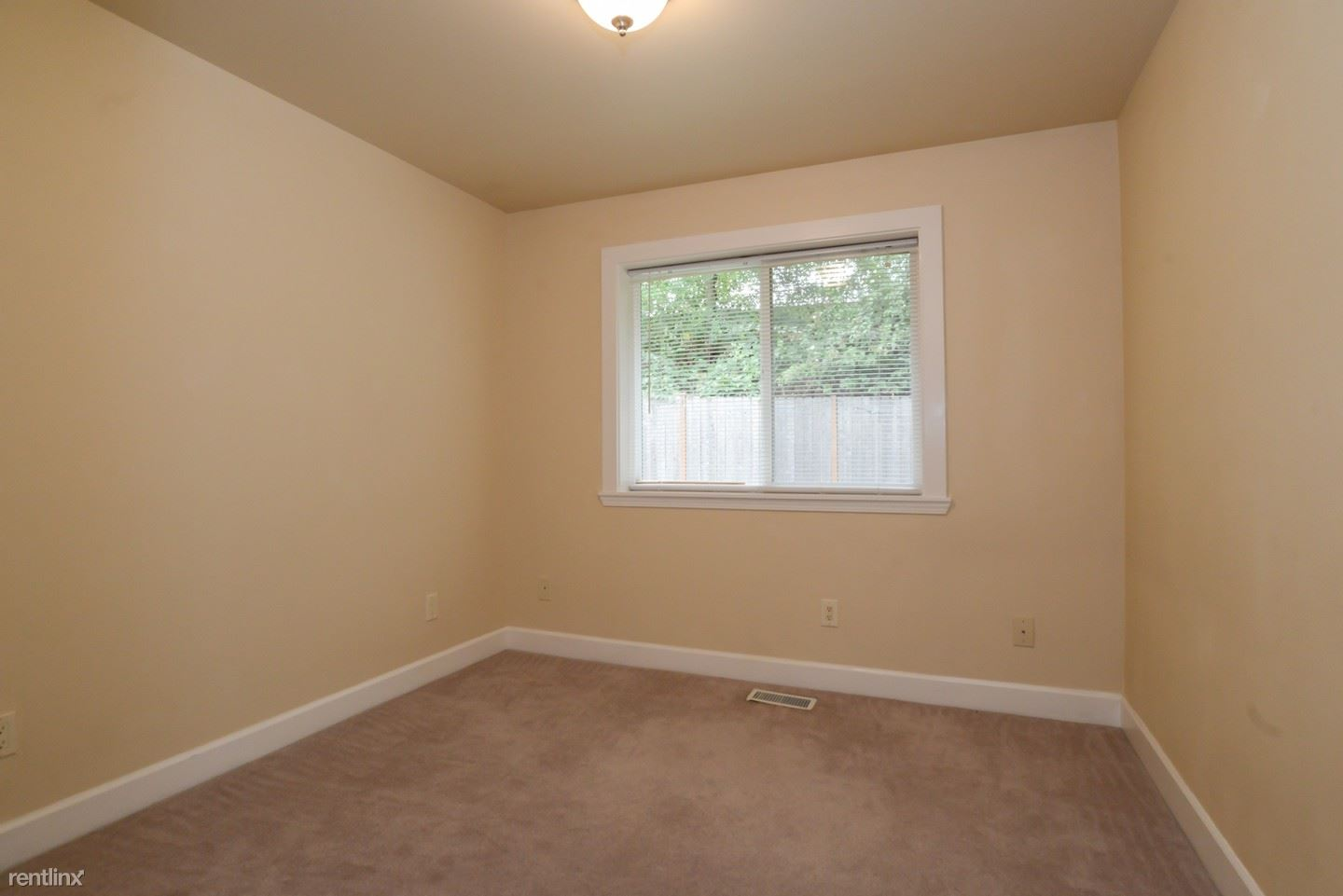 2900 S Court St - 680USD / month
