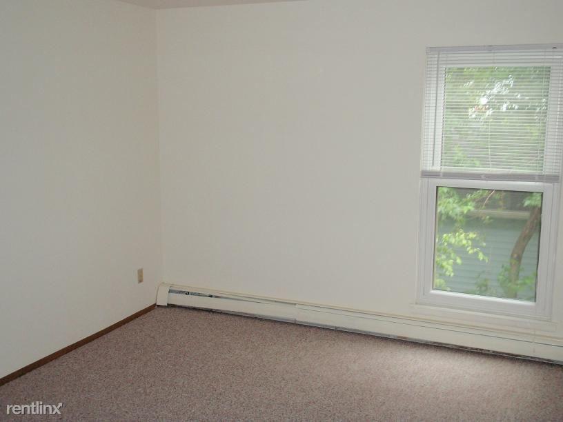322 Maple Ave, Waukesha, WI - $770