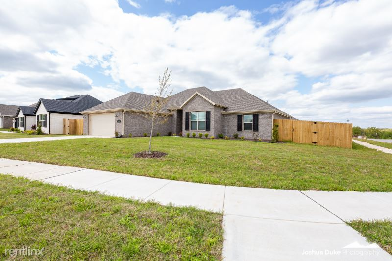 5924 W Mecklin St, Fayetteville, AR - $1,995 USD/ month