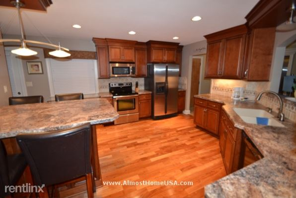 74** W Crawford Ave, Milwaukee, WI - $3,249 USD/ month