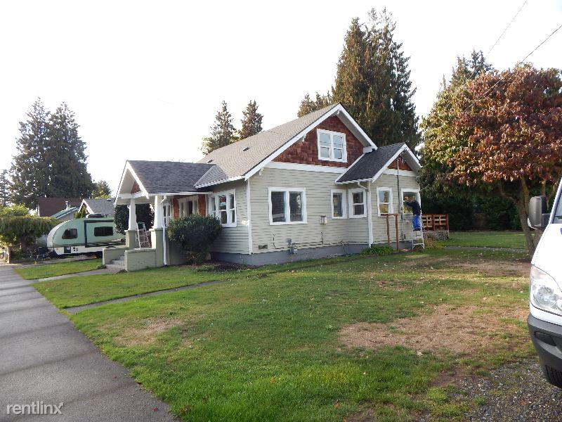 813 3rd Ave. NW, Puyallup, WA - $1,900 USD/ month