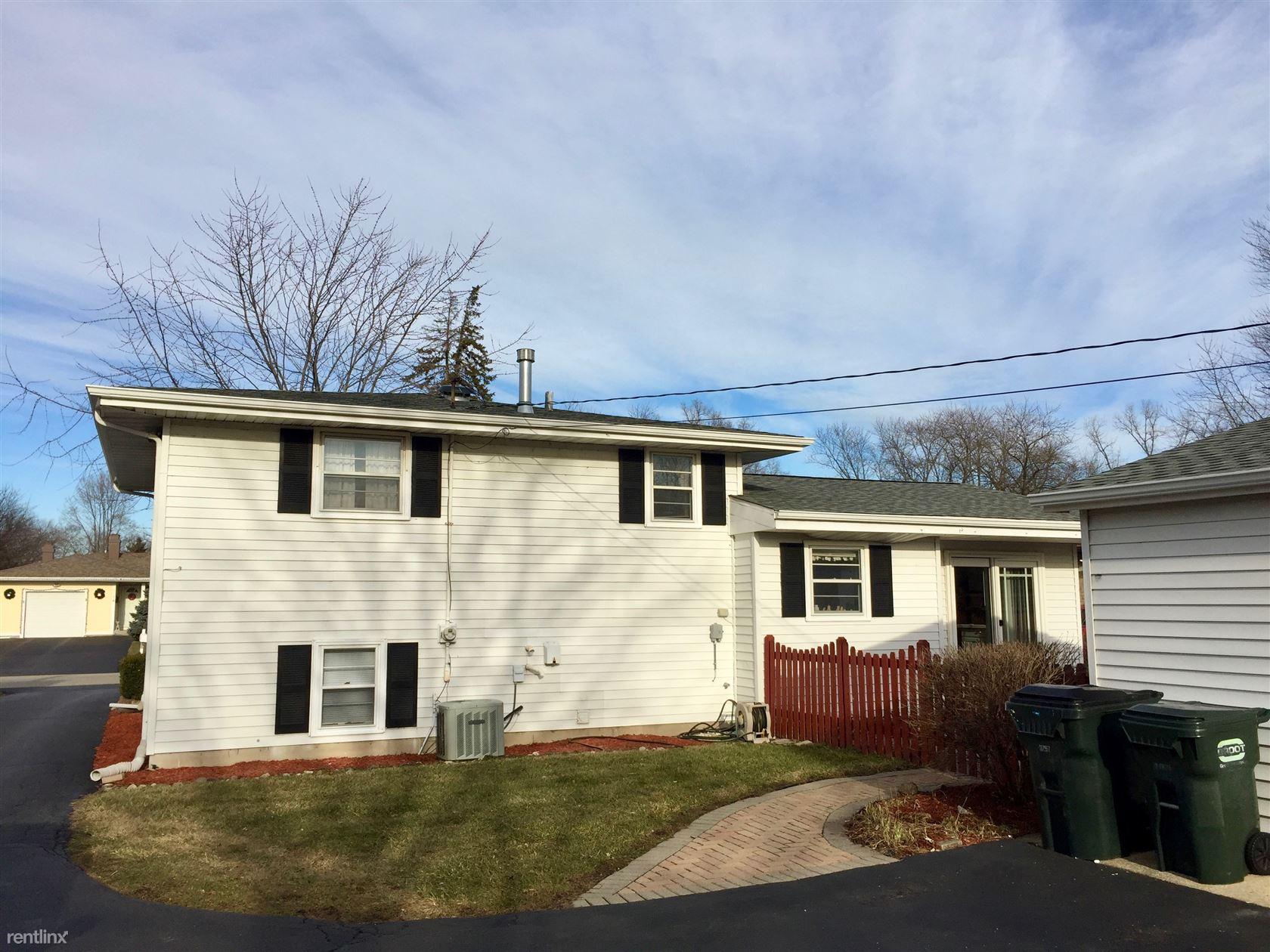 2015 Rolling Ridge Ln, Lindenhurst, IL - $1,800 USD/ month