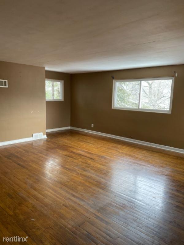 1011 Deleware Ave 2R, New Castle, PA - $700 USD/ month